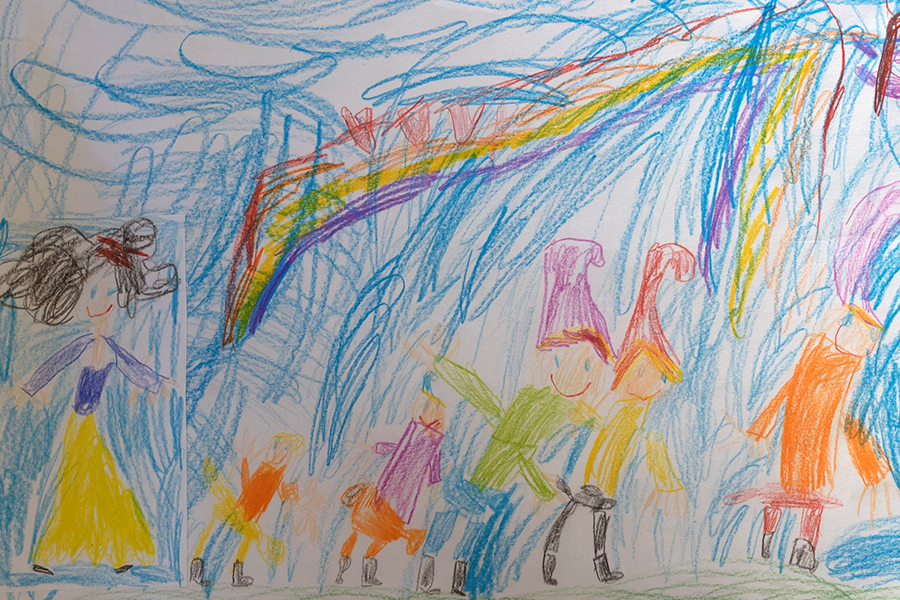 Zeichnung eines Kindes, zu sehen sind sechs Persone in farbiger Kleidung, drei davon mit Zipfelmützen vor einem blauen Hintergrund