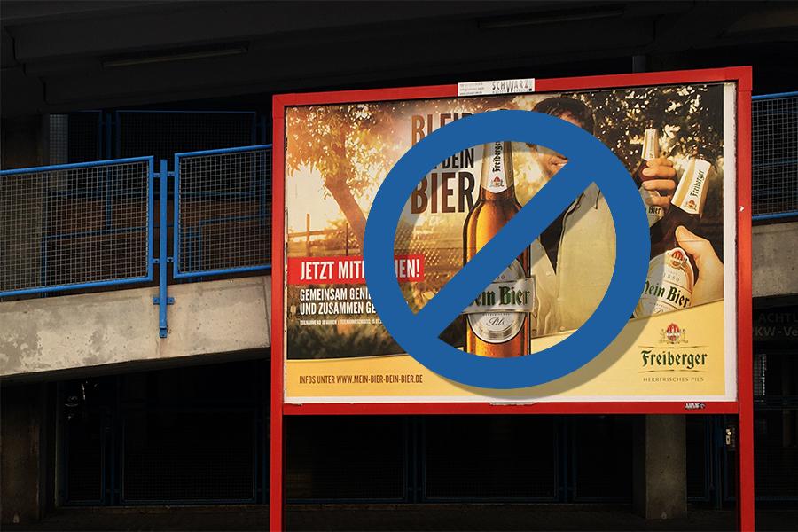 Werbeplakat für die Biermarke Freiberger, welches mit einem künstlich eingefügten Verbotsschild versehen wurde.