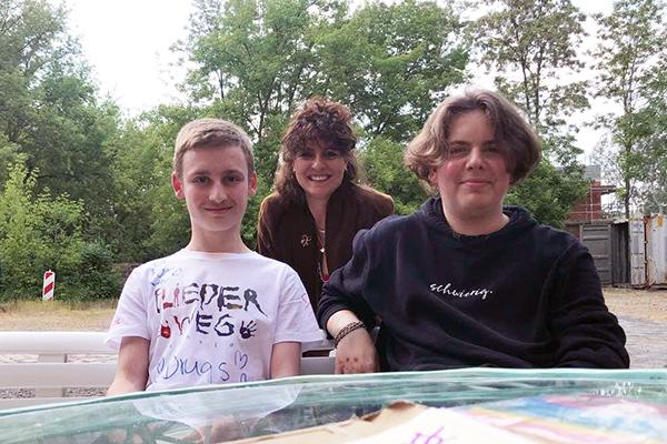 Gruppenfoto von Dörte Jacobi mit Marvin und Robin, mit denen sie ein Politiktandem bildete